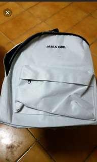 🚚 白色後背包(全新材質薄,有兩處痕跡…購買時就有