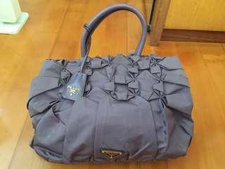Prada 手袋,新舊如圖,附塵袋,購自Prada專門店,原價差不多6000,只用咗數次,左面側邊鈕扣有D破損,可議價