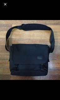 """Crumpler The Skivvy M 13"""" Laptop Messenger Bag - Black"""