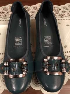Leather pumps with buckle