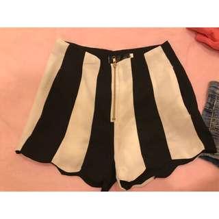 🚚 韓版黑白條紋拉鏈式荷葉邊波浪雪紡短褲