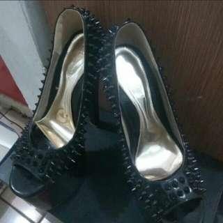 Sepatu high heels studded