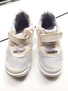 Sepatu putih anak