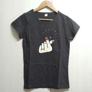 【全新正品】正韓~時尚可愛手指愛心 短袖T恤上衣(黑色款)