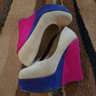Tri-color wedge shoes