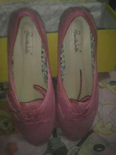 Pink shoes never been used benta ko na lang di ko naman nagamit original price 599 selling price 300 fix na po yan