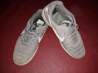Sepatu nike abu abu