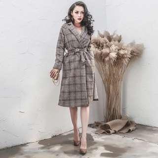 🚚 【週末女孩】歐美風 雜誌款經典蘇格蘭格紋復古翻領中長版大衣 尺寸可選 OT012