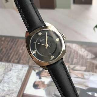 GUCCI女款,錶盤直徑:29mm表徑.2016巴塞爾鐘錶珠寶展] Gucci欣然推出GG2570腕錶為Gucci腕錶帶來了一種新的錶殼形狀 - 圓角方形設計,採用拋光精鋼表圈的表款,外觀更具古典色彩,旭日紋表面以三維方式演繹Gucci的標識性的經典,錶盤及表鋼帶採用316精鋼,防反射藍寶石水晶鏡面;小牛皮錶帶,防水50米!