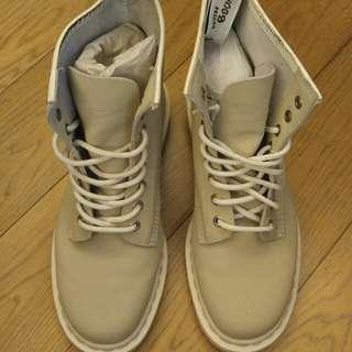 99% new Dr Martens 8 holes cream boot