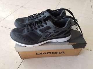 Sneakers DIADORA. ukuran 40. Black and white