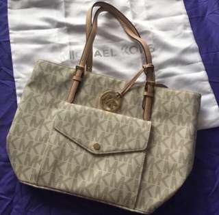 AUTHENTIC NEW Michael Kors Jet Set Item Large Pocket Multi Function Signature Vanilla Tote Bag <<Vanilla>>