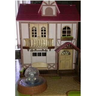 SYLVANIAN FAMILIES DISCONTINUED BABBLER BROOK GRANGE HOUSE WITH FOUNTAIN AND REVERSIBLE ROOF TO DECK