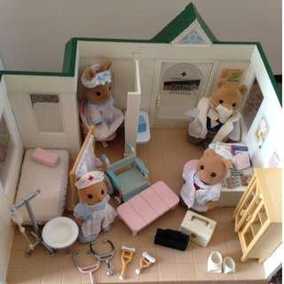 SYLVANIAN FAMILIES HOSPITAL SET WITH ACCESSORIES (UK VERSION)