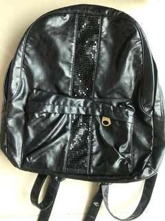 IT 購入彷皮黑背包 Lookinn co PVC leather black backpack with reflective metal deco bought from IT