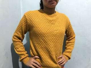 Sweater rajut kuning mustard