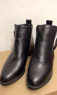 🚚 黑色帥氣短靴,只穿過一次,很新。22.5 #一百元好物