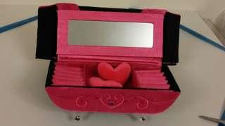 𢇁绒唇型梳化手飾盒