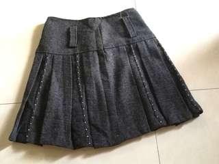 🚚 毛料百折裙。有鐵灰及黑色2件