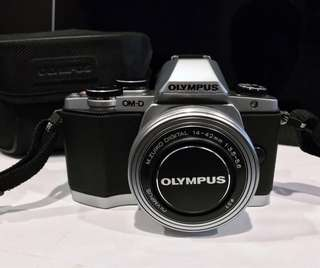 Olympus OM-D E-M10 Silver w M.ZUIKO 14-42mm Lens