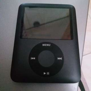 APPLE IPOD 8GB, good condition, with charger and earphone