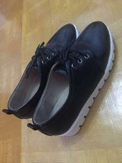Sepatu tinggi wanita