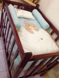 Wooden crib with 4 in 1 bedding set