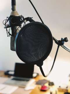 Microphone pop filter screen