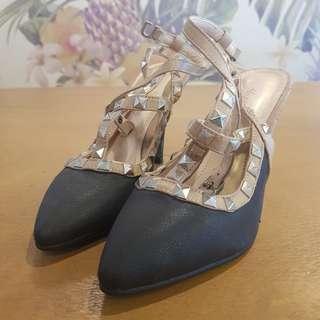 4k company Valentino-style heels