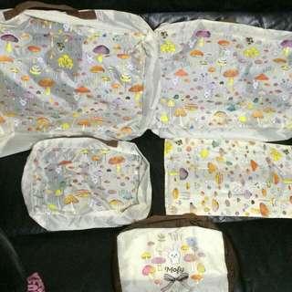 Mofy 兔仔 蘑菇圖案 旅行袋/收納袋/化妝袋 套裝 一套5個 全新正版  大袋Size: 40x30cm