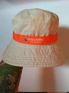 Bucket Hat COLUMBIA Classic  Original Vintage Authentic Est.1994 (T-6123)  size M-L Full tag logo brand Logo brand full bordir&patch Warna: Cream(Khakis) Kondisi 96% sangat mulus warna utuh pekat  aman harga: nett(belum ongkir)
