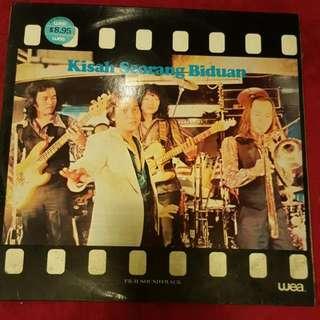 Kisah Seorang Biduan Vinyl Record / Piring Hitam