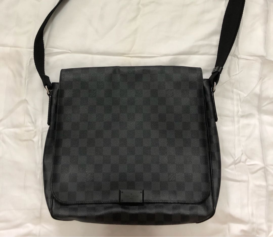 9f3f34b23f7e Louis Vuitton District MM Damier Graphite Canvas Messenger Bag ...