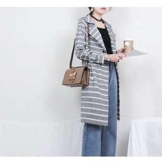 🚚 韓國品牌Dearstalker外貿原單氣質條紋雙排扣綁帶棉麻長版風衣外套