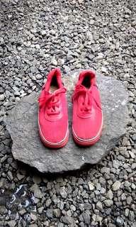 Sepatu merah unisex