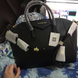 Givenchy Antigona (Medium; Black)