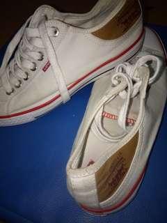 Sepatu snaker levis
