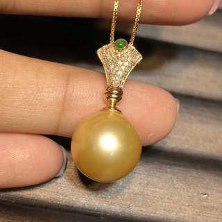 13.7毫米天然色南洋金珠吊墜,18K金鑽石翡翠鑲嵌.金重1.06克,4釐鑽石41顆,鑽石0.18ct。珠子正圓完美無瑕濃金❕復古又大氣的款。批發價:12900帶走不議價.顏色支持任何機構檢測✨