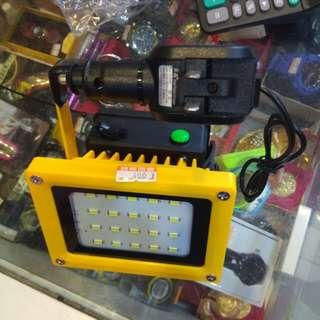 30瓦2400流明照明燈(附一顆18650充電電池和車用與110V充電線)400元限來店買點我頭像看店址和上千種商品