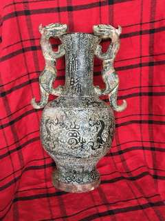 Sun 商代dynasty jade stone made ancient vase with 2 dragon hooks and dragon decoration. 商代玉石雕刻藝術瓶。有一対。一個價3000