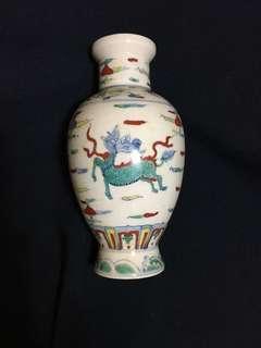 Ming dynasty bright contrast Color vase with auspicious animals 18cm high. 大明成化年斗彩麒麟小花瓶。美麗精緻。