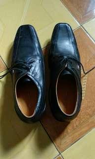 Sepatu baru sekali pakai