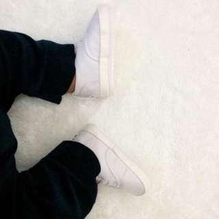 Preloved Sepatu Prewalker Sneakers baby white