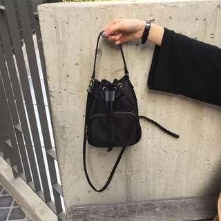 🚚 尼龍黑色拉鍊綁帶小包