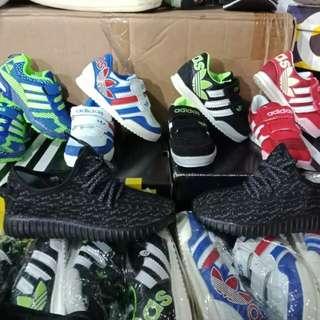 Sepatu sneaker anak