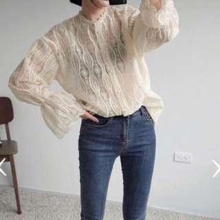 [ $ 259 免運 ]貓咪曬月亮 華麗 復古 蕾絲 刺繡 喇叭袖 寬鬆 罩衫 上衣 / 杏色