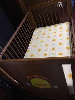 黃色小鴨嬰兒床