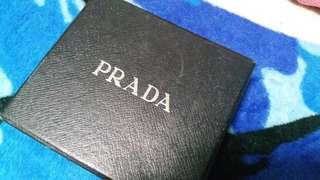 PRADA经典黑色短銀包