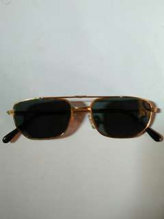 kacamata army model AO(American Optic) Classic vintage Authentic limited edition frame besi kuningan(gold) terdapat ukiran unik lambang amerika pada bagian frame kondisi 98% sangat mulus seperti baru lensa kaca asli, lensa adem di mata
