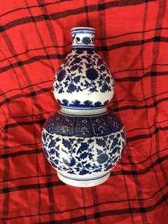 Ming Dynasty B n W cute flower vase 25cm high with linked lotus n leaves. 清乾隆年款青花蓮花缠枝彩美麗精品。特別價300